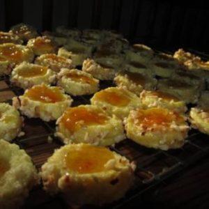 Nusskugeln mit Aprikosenauge