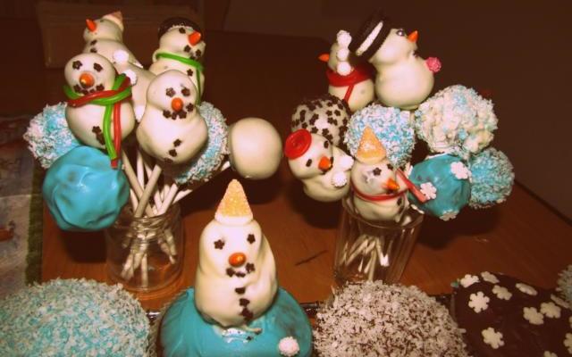 Schneemanncupcakes und -cakepops