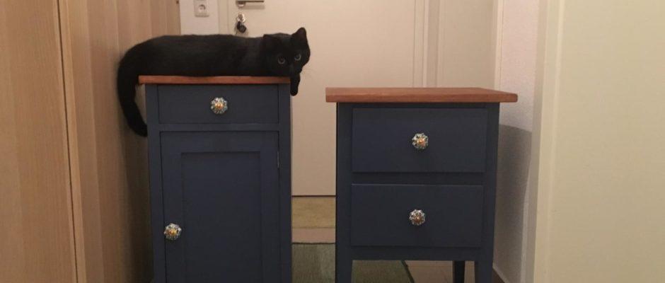 Aus alt mach neu: zwei nachtblaue Nachtkästchen