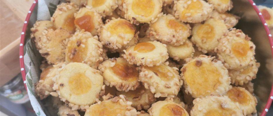 Plätzchenadventskalender Tag 19 Nusskugeln mit Aprikosenaugen
